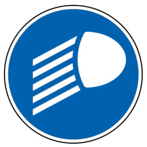 D10-Obrigacao-de-utilizar-as-luzes-de-cruzamento-medios-acesas-sinalizacao-vertical-regulamentacao-obrigacao